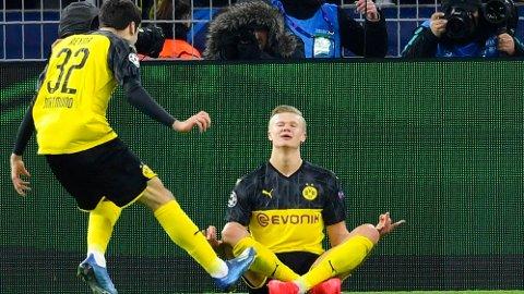Erling Braut Haaland feiret på dette viset etter målet i mesterligaoppgjøret mot Paris Saint Germain i Dortmund.