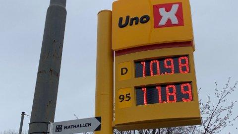 UNDER 11: Ikke siden tidlig på nittitallet har drivstoffprisene vært lavere, når prisstigningen regnes inn. Uno X på Fredensborg sentralt i Oslo solgte tirsdag morgen diesel for kr. 10,98 per liter.