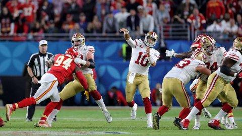 AVGJØRENDE ØYEBLIKK: Her forsøker quarterback Jimmy Garoppolo å nå, Emmanuel Sanders i sluttminuttene i SuperBowl. Kastet var for langt og kostet San Francisco 49ers seieren, men reddet flere liv i California, skal man tro amerikanske leger.