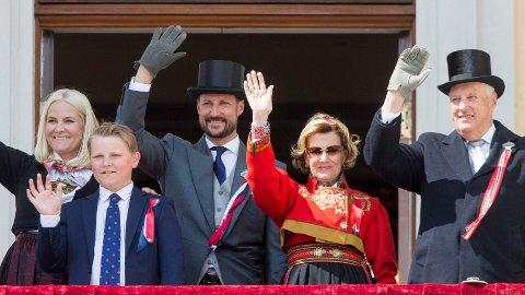 TRADISJON: Hvert år kommer kongefamilien ut på balkongen og hilser til sitt folk. Slik blir det ikke i år, og da kan kanskje folket bli invitert inn?