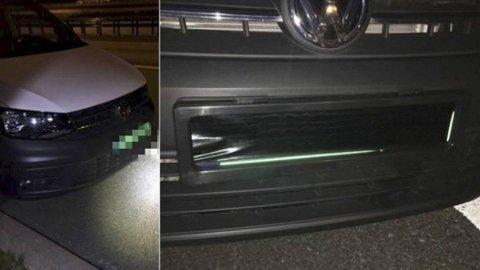 Fiffig løsning hvis du vil komme seg ubemerket gjennom bomstasjoner eller forbi fotobokser. 28-åringen fra Bergen hadde montert «rullegardiner» foran skiltene både foran og bak, disse ble operert via en fjernkontroll inne i bilen. Foto: Politiet.
