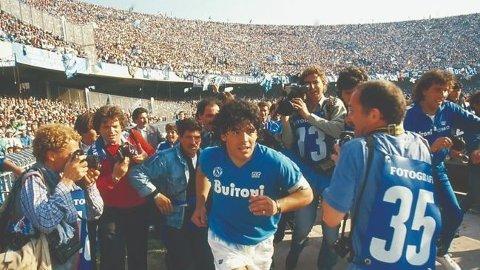 I FOKUS: Diego Maradona på vei ut på Napolis hjemmebane San Paolo.