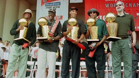 CHAMPS: Dennis Rodman, Michael Jordan, Scottie Pippen, Ron Harper og Phil Jackson spilte alle viktige roller da Chicago Bulls dominerte.