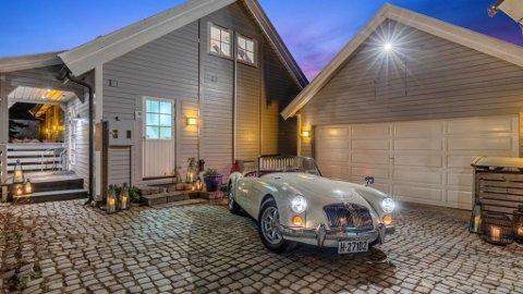 Kjøper du denne bilen, følger huset med. Men du må bla dypt i lommeboken. Prisantydning er nemlig 8,4 millioner kroner.