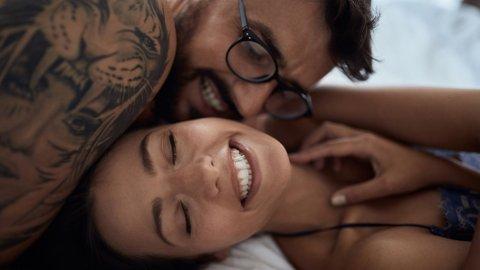 Sex øker arbeidsgleden, ifølge studie. Sexologen råder til å utnytte tiden med hjemmekontor.