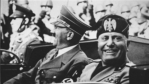 ALLIERTE: Adolf Hitler (t.v.) sammen med Italias fascistleder Benito Mussolini i 1938. De døde med to dagers mellomrom, Mussolini ble skutt av en partisan, mens Hitler tok sitt eget liv.