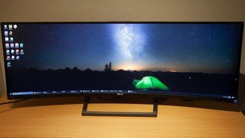"""Philips 439P9H er en 43"""" skjerm i ultrabredformat, som tilsvarer to vanlige 24"""" skjermer ved siden av hverandre."""