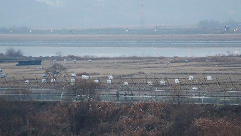 SKUDD:En sørkoreansk grensevakt ble søndag truffet av flere skudd fra Nord-Korea. Sør-Korea svarte med to skudd mot nord. Bildet viser den demilitariserte sonen mellom de to landene.