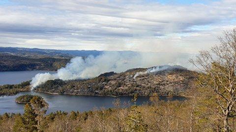 UKONTROLLERBAR: Brannen er i området Oksefjell/Godvassheia.