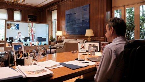 I MØTE: Hellas' statsminister Kyriakos Mitsotakis under et videomøte med syv andre statsledere. I sentrum av videoskjermen ser man Danmarks statsminister Mette Fredriksen, mens Erna Solberg synes nederst til høyre.