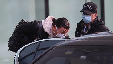 TILBAKE I MILANO: Zlatan Ibrahimovic landet på Malpensa-flyplassen utenfor Milano mandag. Svensken har tilbragt de siste ukene i Stockholm, hvor han har trent med Hammarby.