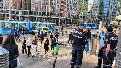 POLITI: Politiet rykket ut til Jernbanetorget i Oslo etter at det kom meldinger om at flere personer barket sammen.