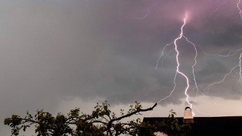 KRAFTIGE BYGER: Fra fredag ettermiddag til lørdag formiddag vil det komme kraftige byger flere steder, og det kan også komme torden.