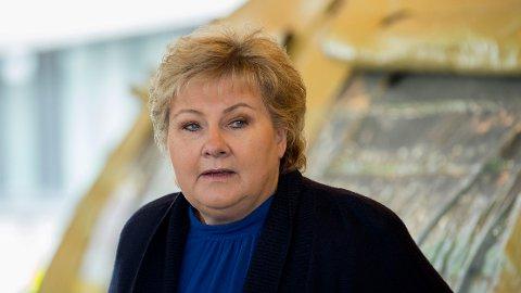 - USIKKERT: Statsminister Erna Solberg erkjenner at alle koronatiltakene var kanskje ikke nødvendige. Her fra besøket på Haukeland sykehus i Bergen.