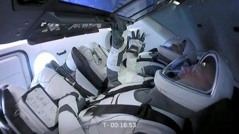 MÅ VENTE: Astronautene Bob Behnken og Doug Hurley ventet i nesten to timer i Crew Dragon-romkapselen da de fikk beskjed om at oppskytingen ble avlyst på grunn av værforholdene.