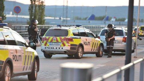 PÅ HOVEDFLYPLASSEN: Bevæpna politi er på Gardermoen torsdag kveld.