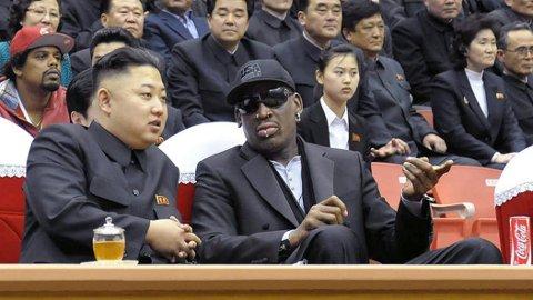 Nord-Koreas leder Kim Jong-un og basketlegende Dennis Rodman avbildet sammen på en basketballkamp i Pyongyang i 2013.