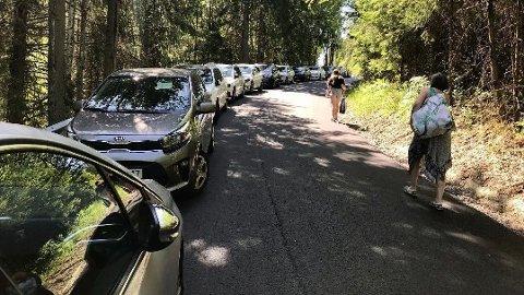 KAOS: Det er parkeringskaos ved flere strender rundt omkring i landet.