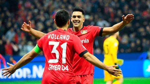 Kevin Volland scoret ett av målene da Bayer Leverkusen slo Bayern München 3-1 hjemme forrige sesong. Her gratuleres han av sin lagkamerat Nadiem Amiri etter å ha gitt Bayer Leverkusen ledelsen 2-0 i gruppespillskampen hjemme mot Atletico Madrid i Champions League i fjor høst.