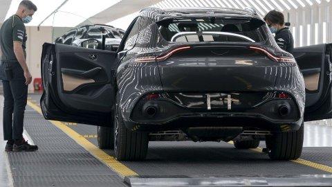 Det er tunge tider for Aston Martin om dagen. Nå skal rundt 500 ansatte sies opp, samtidig er optimismen for deres nye SUV stor.