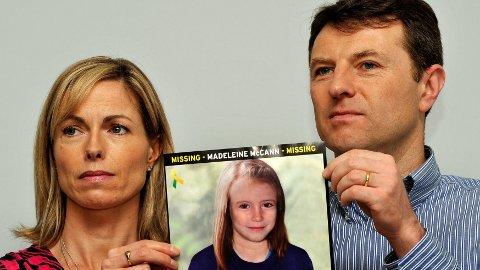 FORSVANT: Tre år gamle Madeleine McCann forsvant fra ferieleiligheten i Portugal i 2007. Her holder foreldrene, Gerry og Kate, opp et bilde av hvordan datteren kan ha sett ut som niåring.