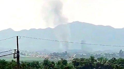 Røyk stiger fra den nordkoreanske grensebyen Kaesong. Nord-Korea sprengte tirsdag et bygg som huser et samarbeidskontor mellom de to landene. Bildet er tatt fra den sørkoreanske byen Paju.