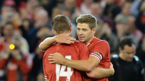 FORGJENGER OG ETTERFØLGER: Steven Gerrard overlot kapteinsbindet til Jordan Henderson da han forlot Liverpool i 2015.