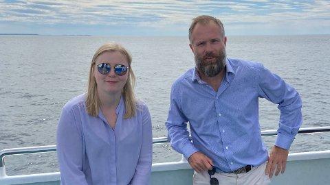 ÅPNER OPP: Olje- og energiminister Tina Bru (H) åpner områder som legger til rette for bunnfast og flytende havvind som kan dekke energibehovet til 1 million husstander. Her sammen med Equinors Sebastian Bringsværd.