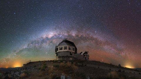 På bildet ser vi tydelig stjernene i Melkeveien som en bue på himmelhvelvingen. En gruppe forskere har beregnet at det sannsynlige antallet intelligente sivilisasjoner vi kan kommunisere med i galaksen er 36.