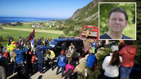 Politiet aksjonerer mot vindkraftmotstandere på Haramsøya 11. juni. Her fjerner de bilen til Hans Petter Thue, som sitter i bilen med låste dører. Motstandere av det planlagte vindkraftanlegget på Haramsøya har de siste ukene blokkert veien opp til Haramsfjellet med en bil, for å hindre transport av utstyr til anlegget. -Vi, innbyggerne i dette landet, finner oss ikke i at norsk natur skal ødelegges for at noen skal få bedrive symbolpolitikk som indremedisin, skriver Jan M. Thalberg (innfelt).