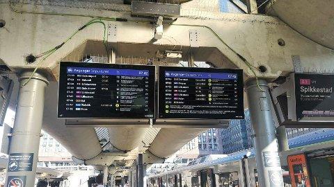 Togene går ikke på skinner torsdag morgen, som denne oversikten på Oslo S viser.