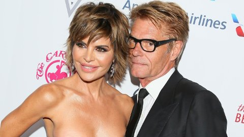 SJOKKERER: Reality-stjernen Lisa Rinna (56) var nylig med i en nakenkampanje for et solbrille-merke. Her sammen med ektemannen Harry Hamlin.