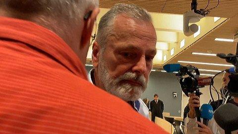 Her blir Eirik Jensen pågrepet under rettsmøtet da han fikk dommen på 21 års fengsel fredag. Mannen i rød er en sivilkledd utsending fra Spesialenheten.
