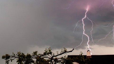 KRAFTIGE BYGER: Lørdag kveld vil det komme kraftige byger flere steder, og det kan også komme torden.