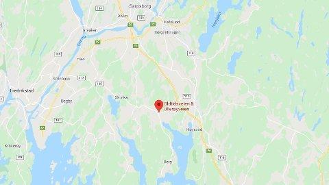 SPERRET AV: Politiet har sperret av innkjørselen til Ullerøyveien i Skjeberg etter dødsulykken.