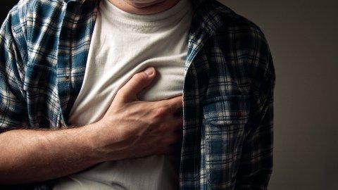 SMERTER: Det vanligste symptomet på hjerteinfarkt er brystsmerter, men ikke alle opplever det.