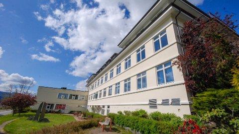 SMITTET: En svensk vikarlege ved Nordfjord sykehus i Nordfjordeid har testet positivt for koronaviruset.