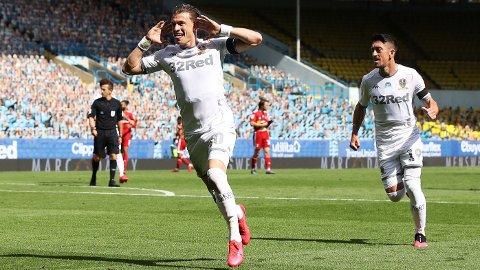 Leeds United og Ezgjan Alioski fosser mot Premier League. Her jubler Alioski etter å ha scoret mot Fulham på Elland Road i helgen.