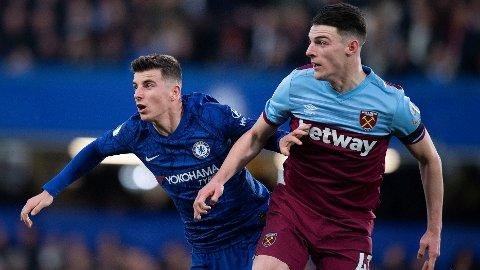 Chelseas Mason Mount (t.v.) i duell med bestekompis Declan Rice fra West Ham i november. Den kampen vant West Ham 1-0. Onsdag møtes de to kompisene på banen igjen.