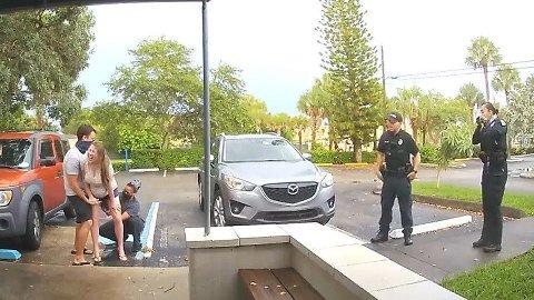 På parkeringsplassen utenfor fødeklinikken, fødte kvinnen på sekunder.