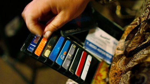 Det kan være lett å finne frem kredittkortet hvis det er lite penger igjen på kontoen.