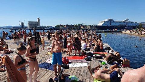 LAV TILLIT: Ifølge en ny undersøkelse har kun en av fire tillit til andre følger smittevernrådene som å blant annet holde avstand. Her fra Sørenga en varm sommerdag i Oslo.