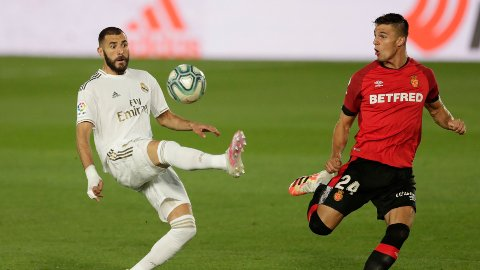 ØNSKER STRAFF: Påtalemyndigheten i Frankrike vil stille Real Madrid-spiller Karim Benzema (t.v.) for retten.