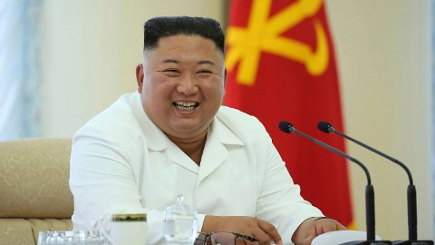 KNALLJOBB: Nord-Koreas leder mener at landet har gjort en «strålende koronainnsats».