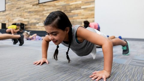 STYRKETRENING: Barn bør trene styrke, mener amerikanske forskere. Norsk ekspert avkrefter at styrketrening er farlig for barn.