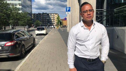 Jovan Sandberg forteller at han lot kvinnen ta med bilen sin her på Majorstua i Oslo, men at hun aldri overførte pengene slik hun skulle.