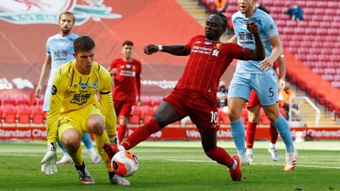 Sadio Mane i aksjon mot Nick Pope. Sistnevnte hadde en svært imponerende dag på jobben for Burnley.