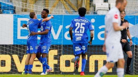 Moldes Leke James jubler med Mattias Moström etter 0-3 målet mot Haugesund.