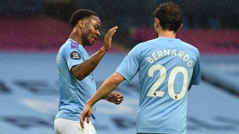 Raheem Sterling er i strålende form for tiden. Her gratuleres han av Bernardo Silva etter å ha gitt 5-0 hjemme mot Newcastle.