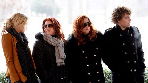 Presley-familien er i sorg etter Benjamin Keoughs (27) død. Her fra venstre mot høyre: Riley Keough, Priscilla Presley, Lisa Marie Presley og avdøde Benjamin Keough. Bildet er tatt fra markeringen av det som ville vært Elvis Presleys 75-årsdag.